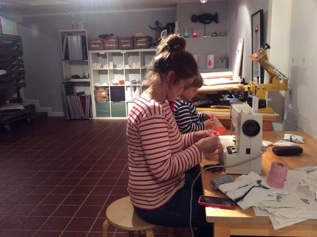 Mareike Franke beim Nähen in der Werkstatt
