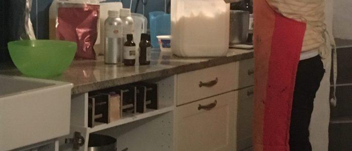 Mareike Franke beim Seife herstellen in der Werkstatt